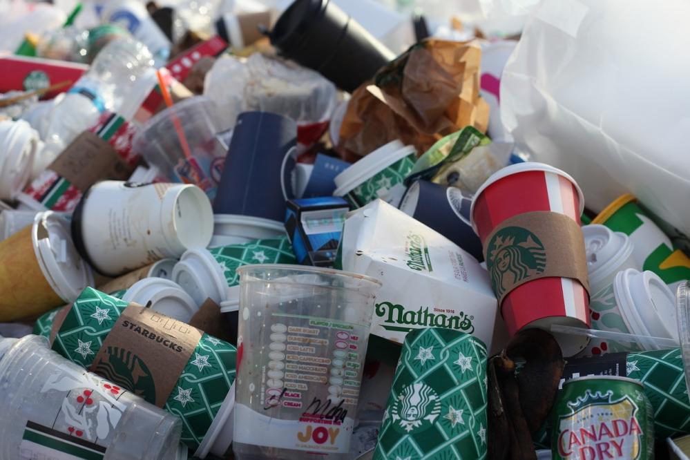 Take-away statt Restaurantbesuch. Der Außer-Haus-Verkauf während der Corona-Krise lässt die Müllberge in den Städten wachsen